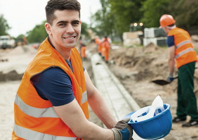 Pracownik budowy podczas przerwy